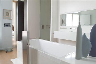 Peinture salle de bain design couleur gris et blanc for Peinture par bain