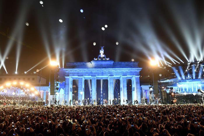 Die Lichtgrenze Fliegt Weg In Xxl Fall Of Berlin Wall Berlin Wall Berlin