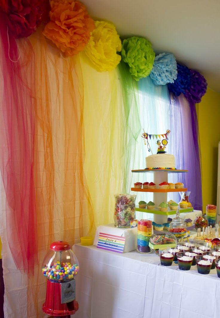 0f27ccb33cc1 Pompones y cascadas de tul son el fondo para esta mesa de dulces ...