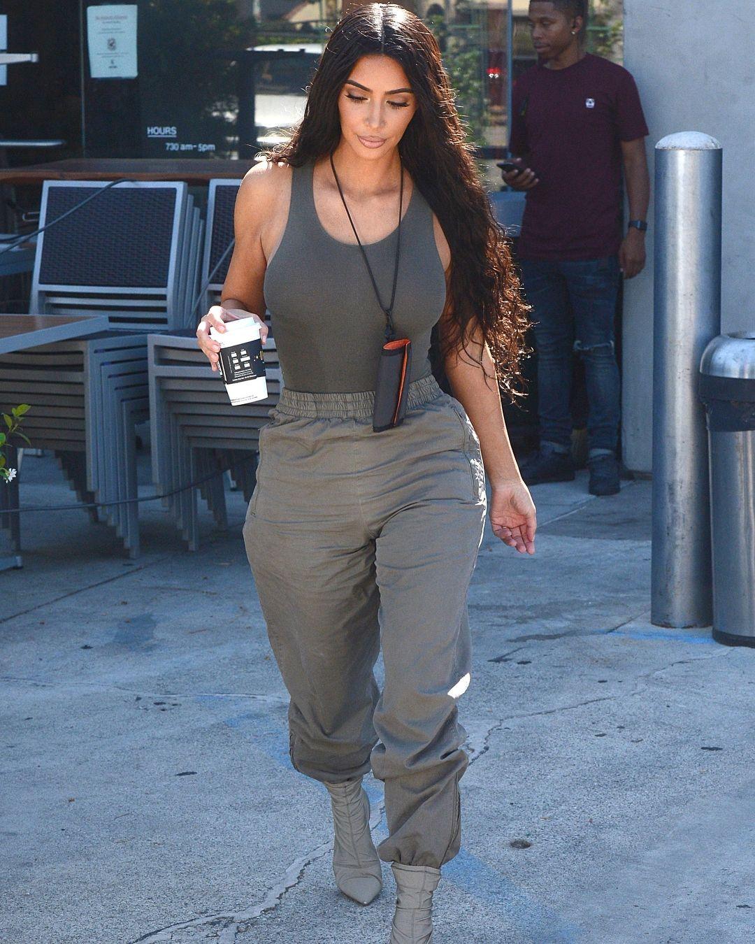 5c1b0d49a6 Kim Kardashian à la boulangerie La Tropezienne à Los Angeles - 23 07 ...