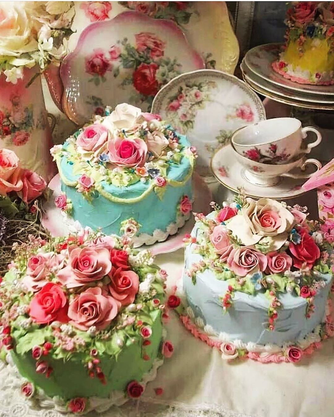 Beautifully decorated cakes covered in rose details! Via @yasmintearoom 🌳🦋🍂🐝 •  🌿🦋