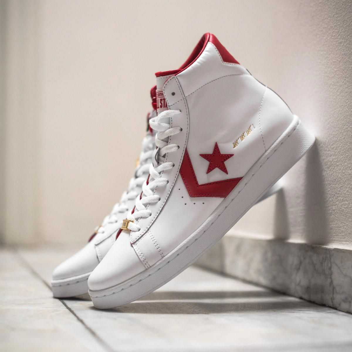 The Converse Pro Leather MID CT16 is part of the highly