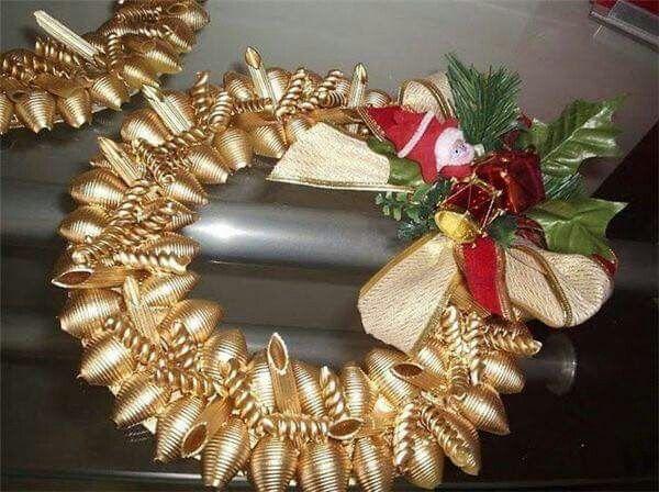 Decoración navideña hecha con pasta