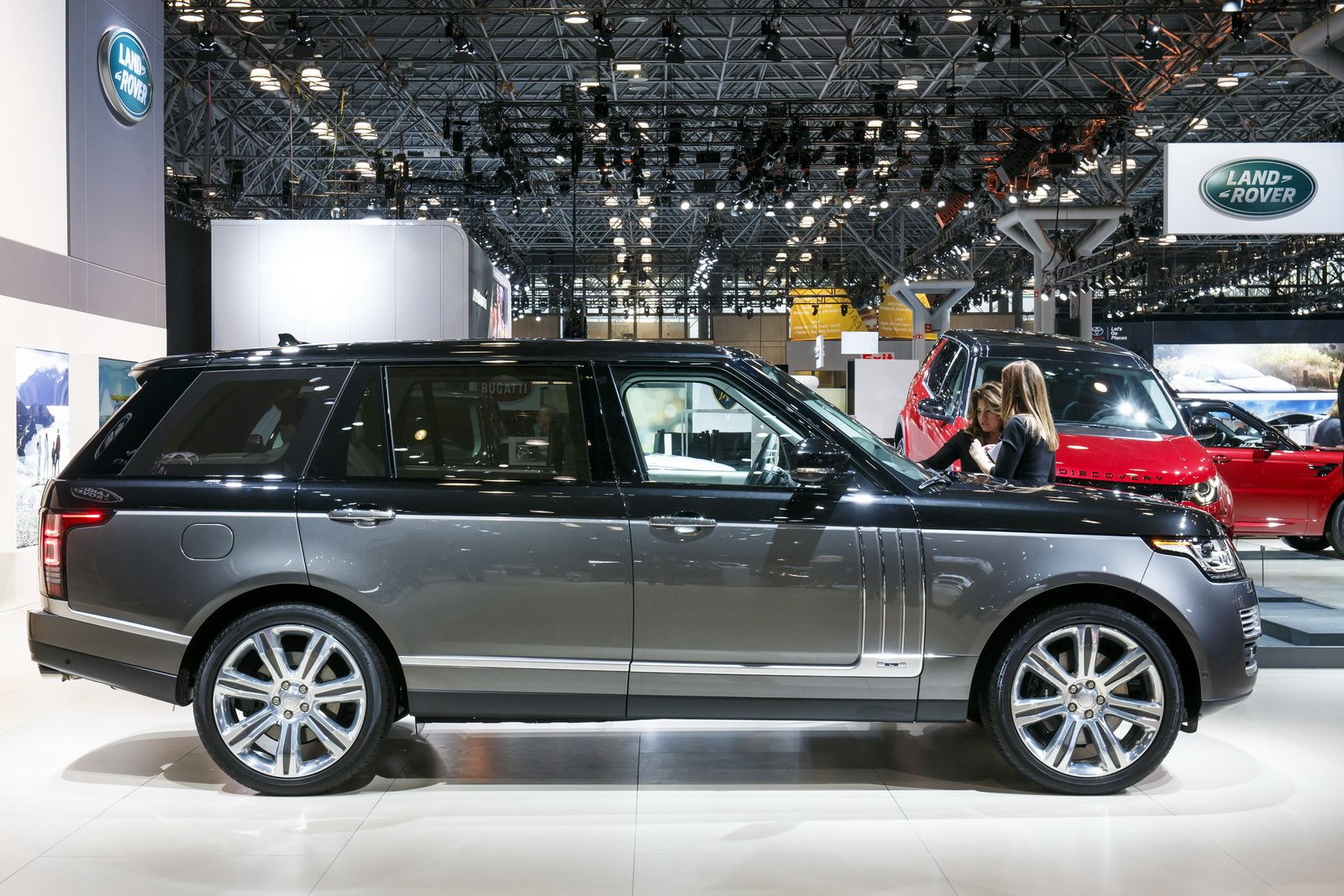 2016 Range Rover Svautobiography Brings Ultimate 4x4 Luxury To New York Carscoops Range Rover Luxury Cars Range Rover Range Rover Supercharged
