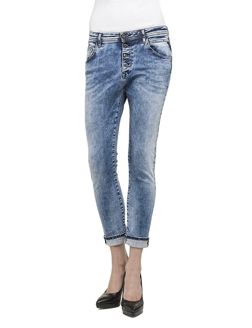 Jeans Pilar    Mit der Pilar präsentiert uns Replay eine lässige Boy Fit-Jeans mit eingearbeiteten Falten, so genannten 'Buffies'! Die Potaschen sind mit hübschen Ziernähten verziert. Der breite Bund macht die Jeans bequem, cool sieht die Jeans zu Sneakern oder High Heels aus. Sie passt genauso gut zu einem einfachen T-Shirt, wie zu einer edlen Seidenbluse. Im Alltag und im Nachtleben ein Hingu...