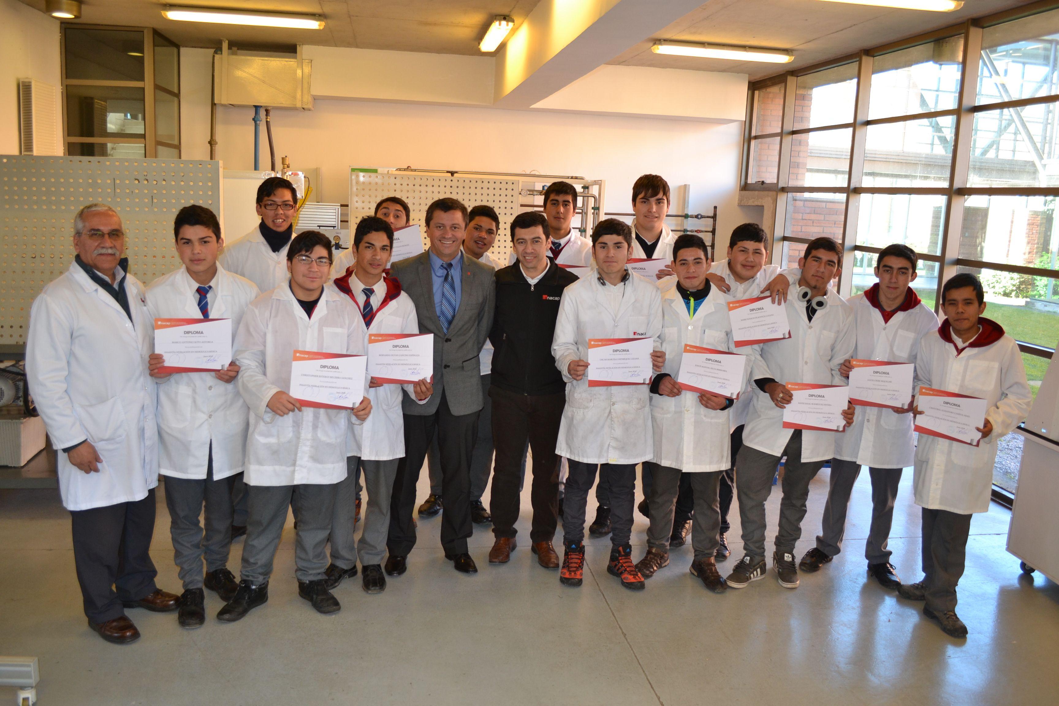 Alumno participan de talleres en mecánica