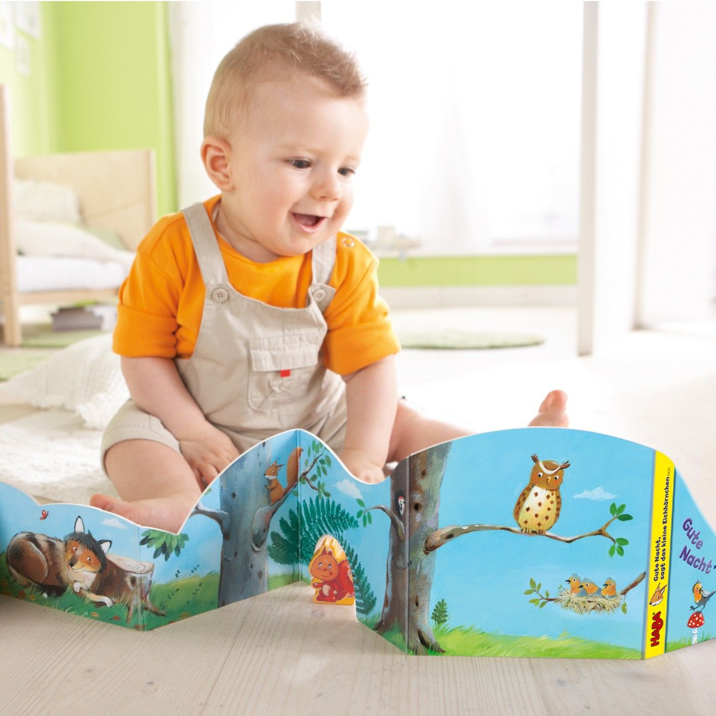Mein Entdecker-Leporello: Gute Nacht Eichhörnchen. Die liebevoll und abwechslungsreich gestaltete Panoramakulisse und die griffige Holzfigur laden schon die Allerkleinsten zu einem kindgerechten Rollenspiel ein. - empfohlen ab 10 Monaten