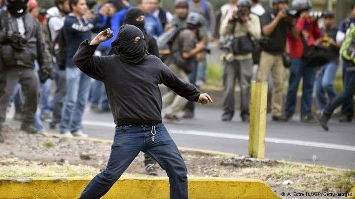 MULTITUDINARIA MANIFESTACIÓN EN CIUDAD DE MÉXICO POR LA DESAPARICIÓN DE LOS 43 ESTUDIANTES TERMINA CON FUERTES CHOQUES HUMANOS, QUINCE DETENIDOS Y CUANTIOSOS DAÑOS