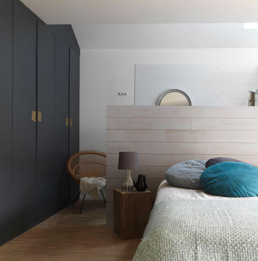 Une t te de lit en bois qui sert galement de s paration for Tete de lit separation salle de bain