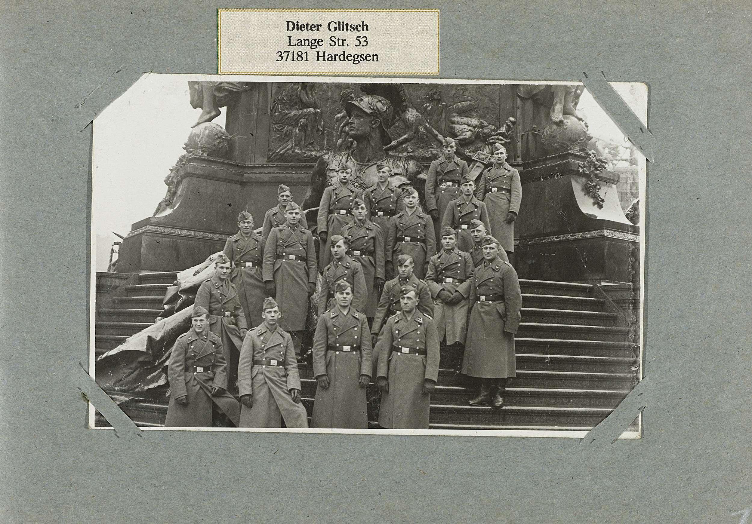Anonymous | Groepsfoto, Anonymous, 1940 - 1945 | Albumblad met een eenheid van de Luftwaffe poserend op de trappen voor een monument. Onderdeel van een fotoalbum over de diensttijd van Dieter Glitsch uit Hardegsen tijdens de Tweede Wereldoorlog en de jaren daarna.