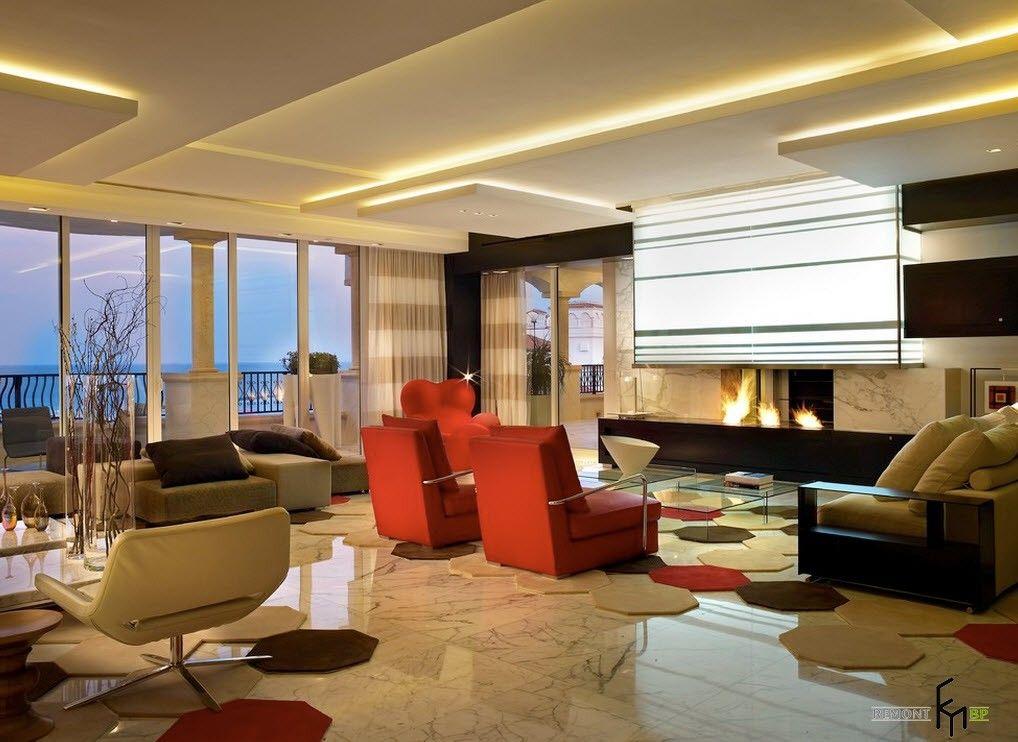 Дизайн потолка в гостиной с камином, с лестницей | 742x1018