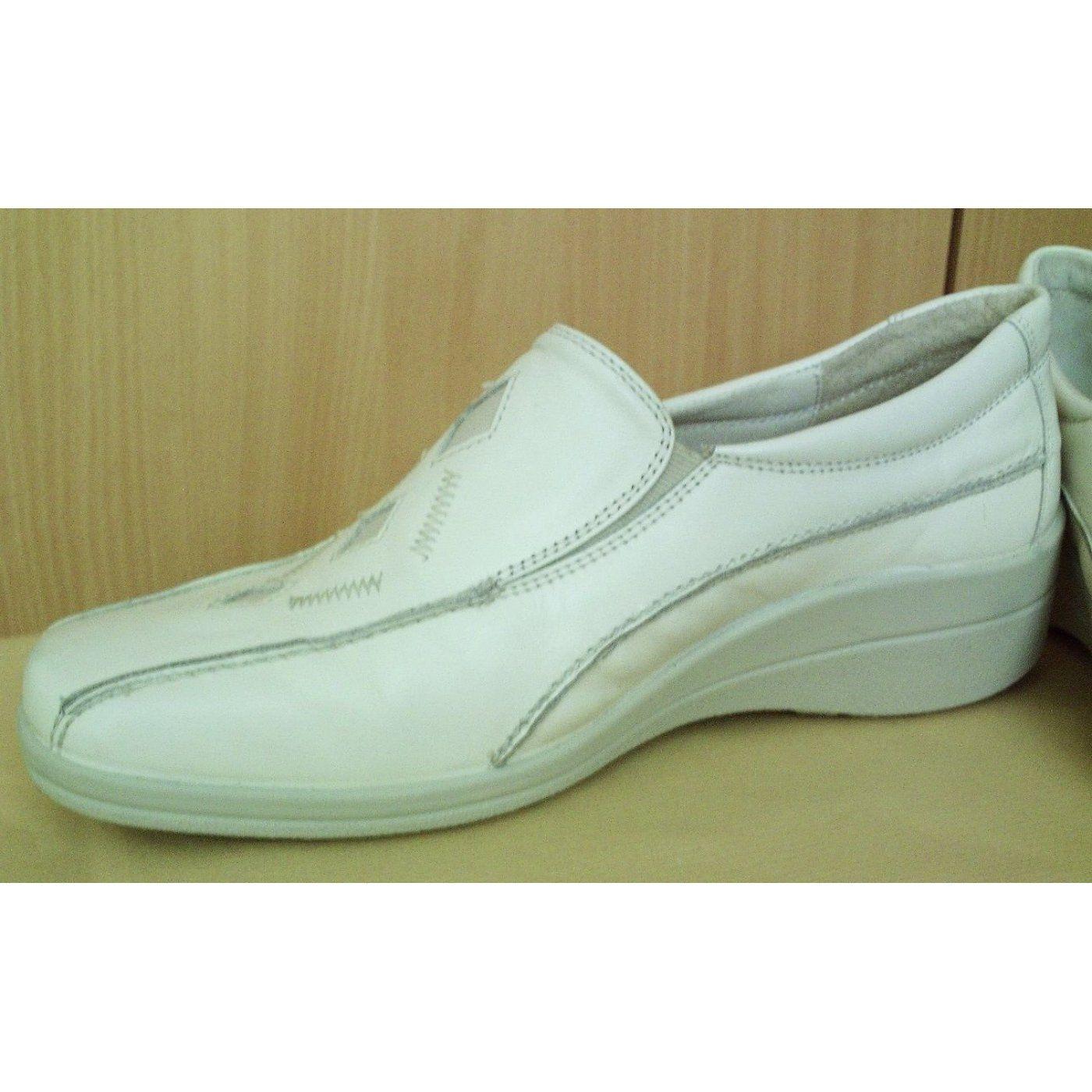 """Schöner Damenschuh, Marke """"NATURLÄUFER"""", Farbe Hellbeige oder Ecru, nur 2x getragen, da Schuhrand außen etwas zu hoch ist, sehr guter Zustand."""