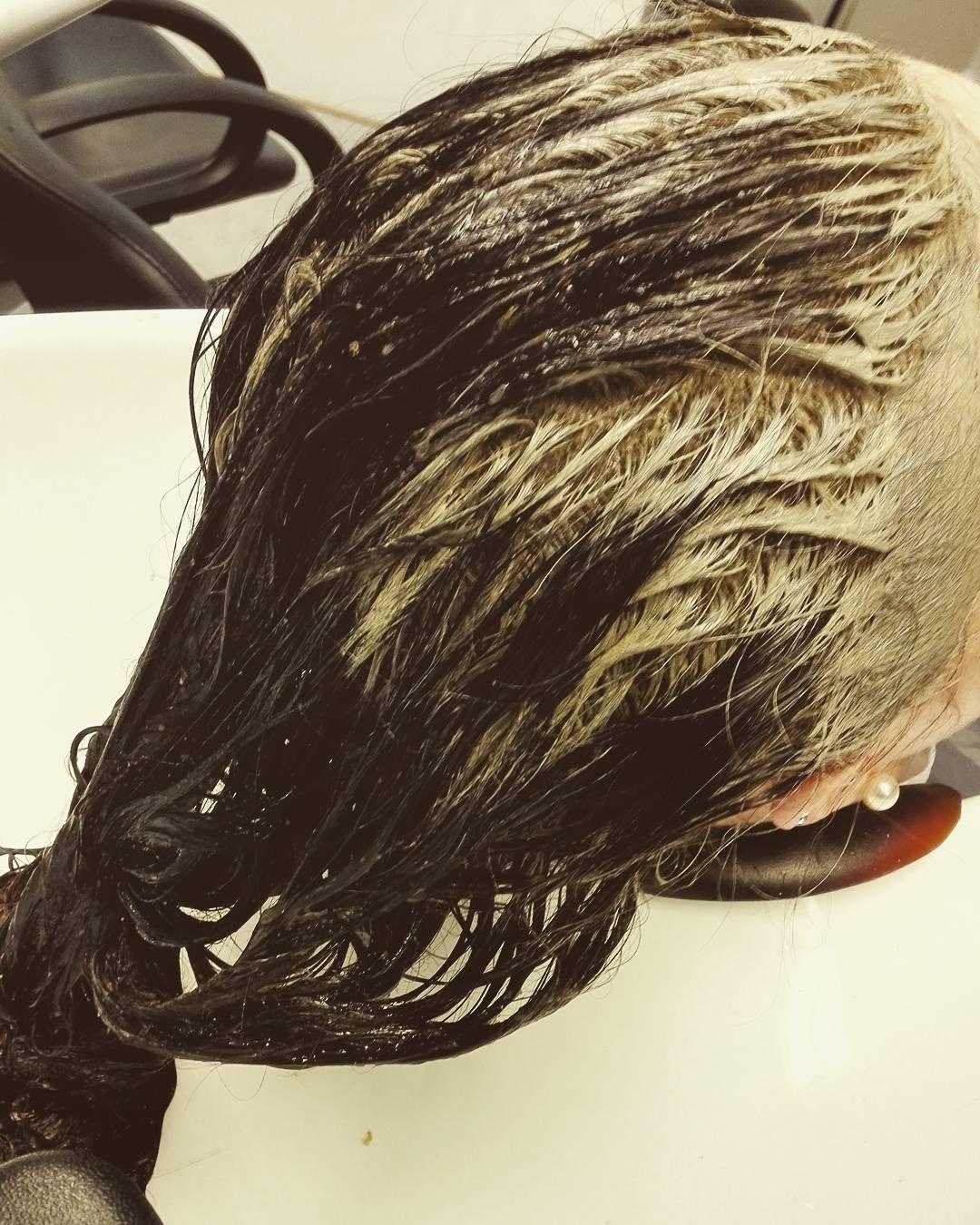 """""""Savi sopii erityisesti rasvoittuville hiuksille ja tukkoiselle, ärtyneelle ja hilseilevälle päänahalle. Savi poistaa tehokkaasti hiuksista ja hiuspohjasta muotoilutuotejäämiä ja ilman epäpuhtauksia.  Savi on ratkaisu myös moniin muihin hiusten ongelmiin: hiustenlähtöön ja hitaaseen hiustenkasvuun. Savea on käytetty hiustenhoidossa jo antiikin Kreikassa. Sen pH:sta johtuen se rauhoittaa hiuspohjaa ja säätelee talineritystä, jolloin hiukset pysyvät hyväkuntoisina ja puhtaina, vaikka pesuväli…"""