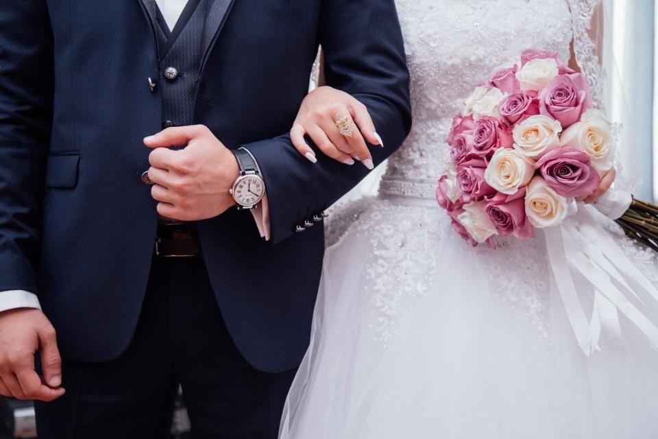 Pessoas casal homem cara mulher fêmea menina masculinos noiva noivo vestido de noiva vestido terno relógio anel flor buquê casamento amor