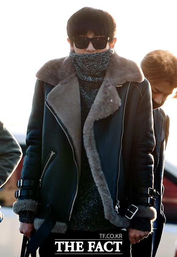 [TF포토] 141202 #CHANYEOL @ Incheon Airport  เห็นแต่จมูกและหู^.^ http://img.tf.co.kr/article/home/2014/12/02/201476091417478597.jpg …