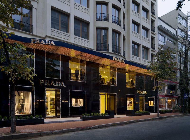 Dünyanın en lüks markaları arasında yer alan Prada, İstanbul'da Nişantaşı ve İstinye Park'ta sizleri bekliyor.