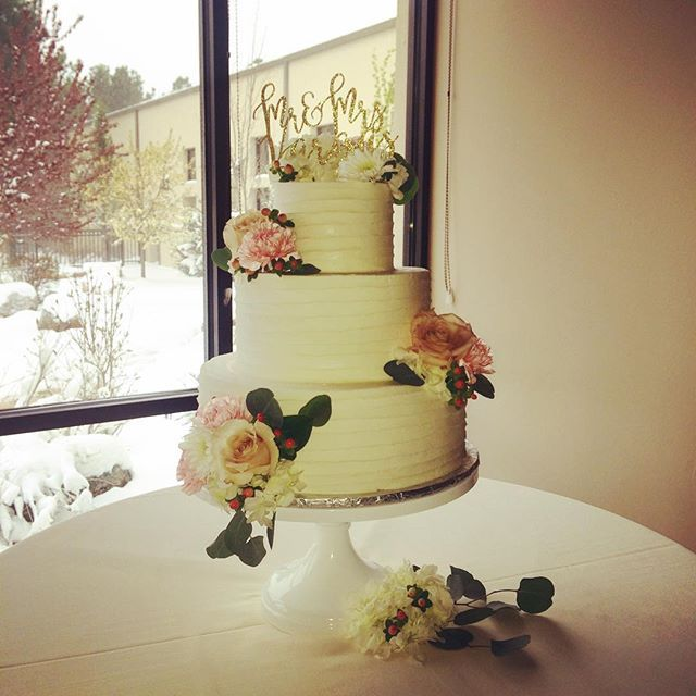 We loved Kim and Julian\'s beautiful cake from Garden of the Gods ...