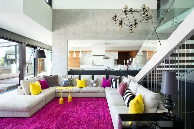 design-wohnzimmer-xxl-sofa-fuchsia-teppich-gelbe-beistelltische - wohnideen wohnzimmer gelb