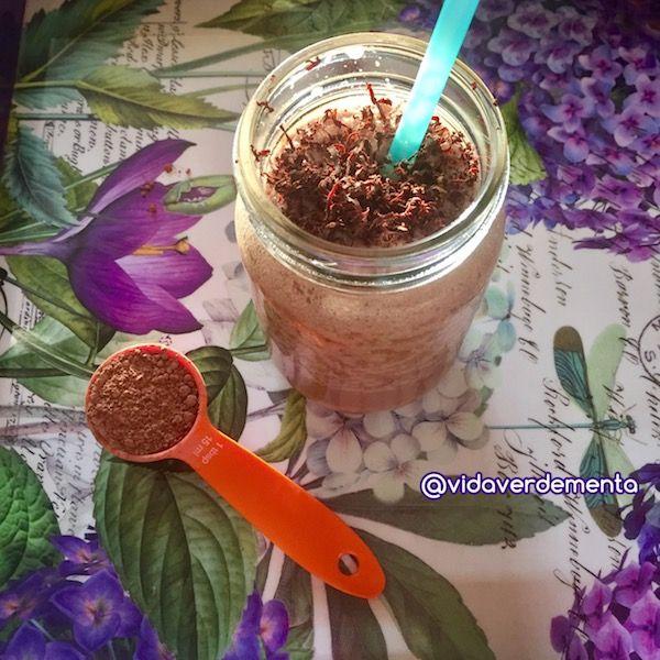 En estos días calurosos, me pongo a inventar con los mejores ingredientes que tengo en la nevera y este batido de coco y cacao es de mis favoritos.