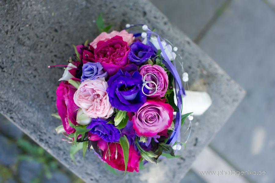 brautstrauss mit rosen in pink und lila sowie. Black Bedroom Furniture Sets. Home Design Ideas