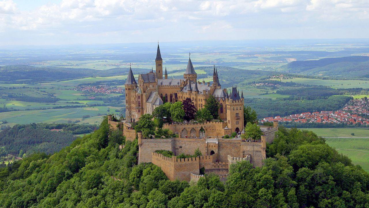 Welche Rolle Spielten Die Hohenzollern Zu Beginn Des Nationalsozialismus Das Ist Die Entscheidende Frage Im Streit Um Entsch In 2020 Deutschland Burgen Burg Tourismus