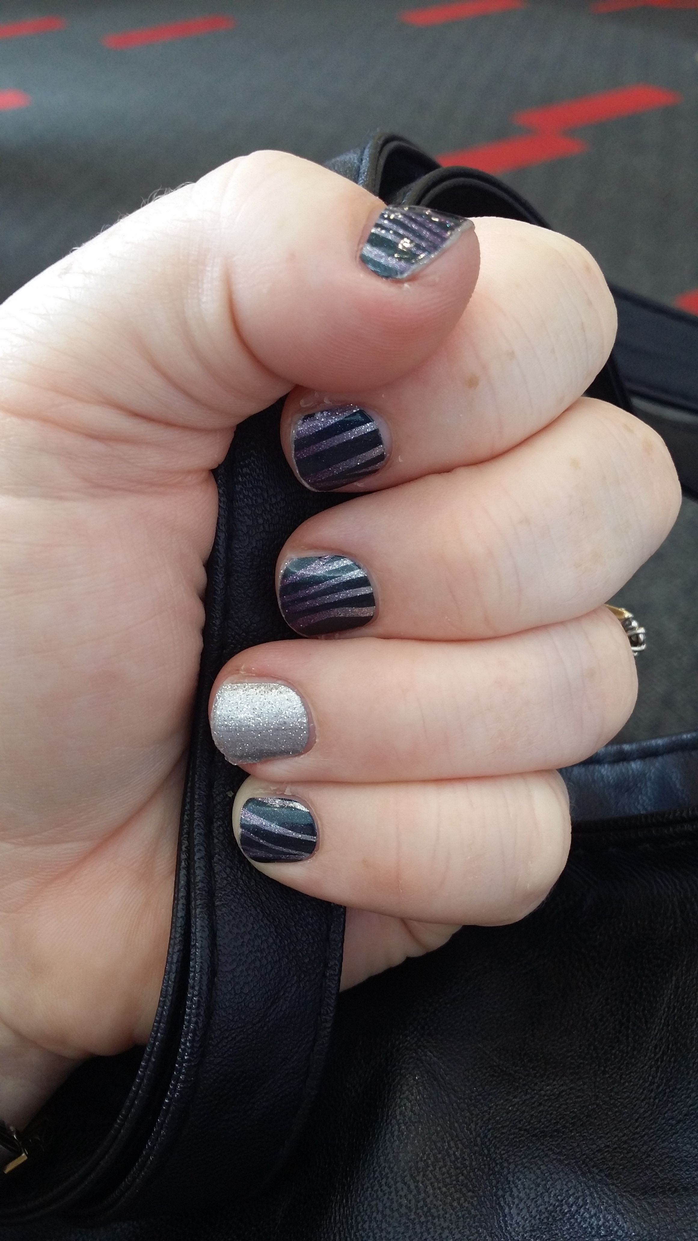 Everyone needs a little #zebradivajn in their life. I enjoyed combining it with #diamonddustsparklejn to really accentuate the silver.#kozicanjam #jamkozyoucan #jamberry #nailfie