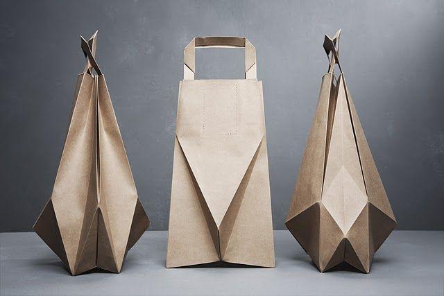Sempre tive uma queda pelo papel tipo craft, só um material ordinario poderia dar protagonismo a forma ao invéz de competir com ela.  origami bags