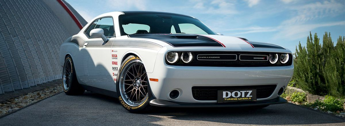 Vintage Chic Dodge Challenger Im Retro Outfit Retro Outfits