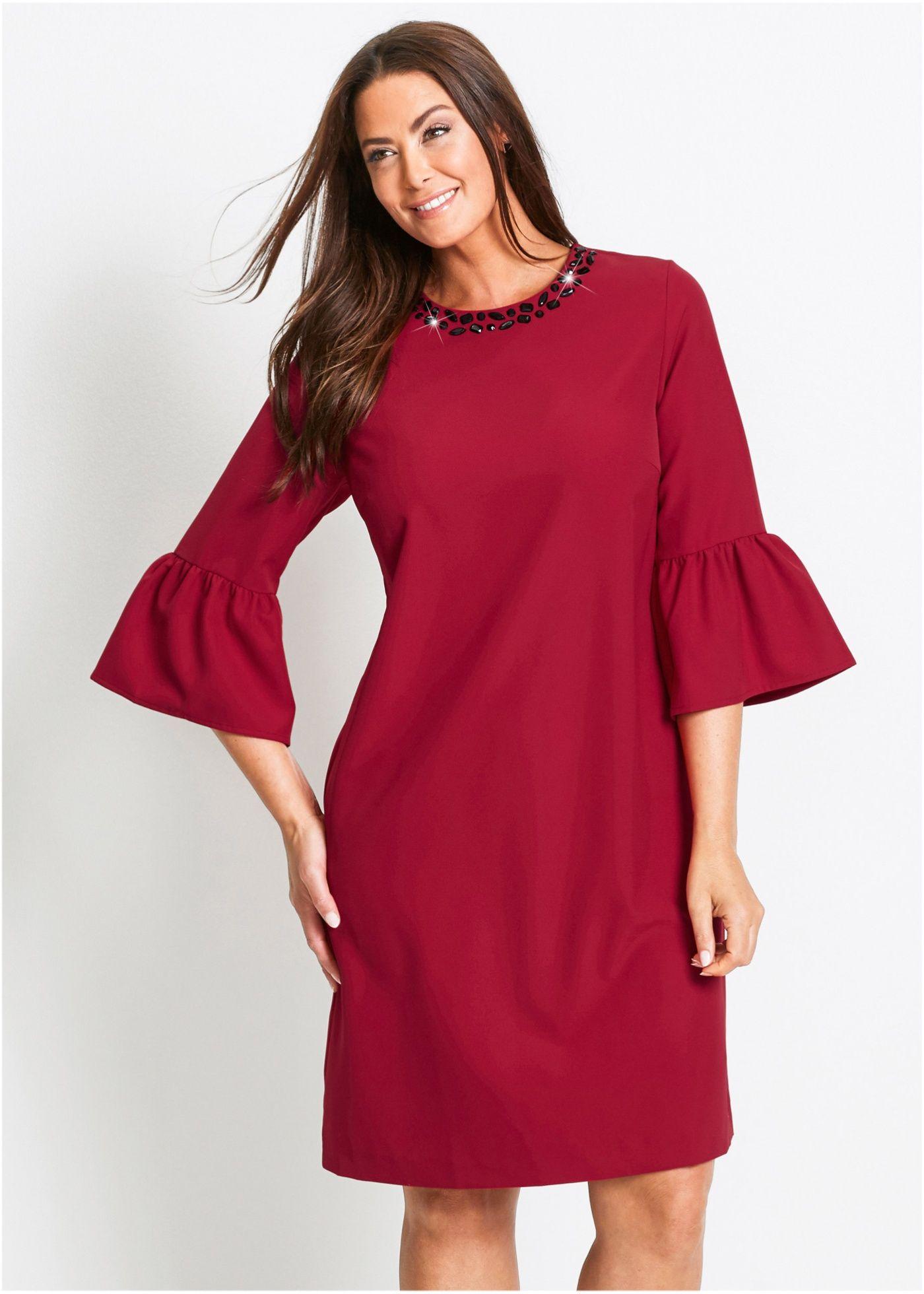 Durch die gerade, figurumspielende Schnittform wirkt dieses Kleid