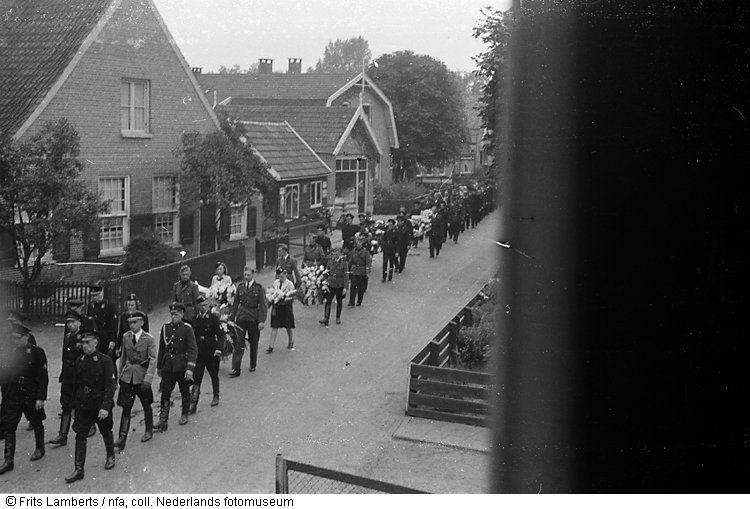 Begrafenisstoet van mannen in uniform voor NSB-er, Vriezenveen (1943-1945)