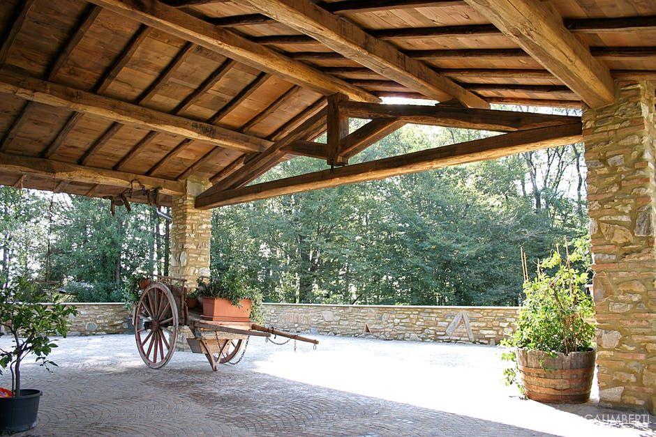 Copertura portico rustico con capriata in castagno travi e for Ville con portico in legno