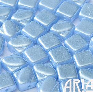 בהט פסטל בהיר SAPPHIRE: 6x6mm חרוזי זכוכית צ'כי יהלומים דו חור סילקי (50 חרוזים)