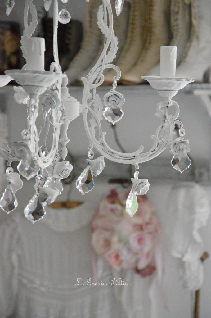 lustre trois branches patine blanche lustre shabby chic lustre romantique romantic shabby chic. Black Bedroom Furniture Sets. Home Design Ideas