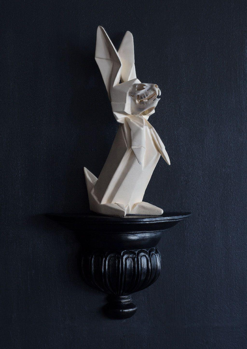 Jaisen Yates: Origami Death Hare, 2010, resine, bone, 37 x 12 x 10 cm