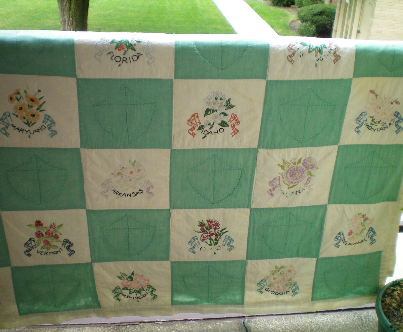 Vintage 1950's Quilt with 48 Hand Embroidered State Flowers-Cutter ... : quilts usa - Adamdwight.com