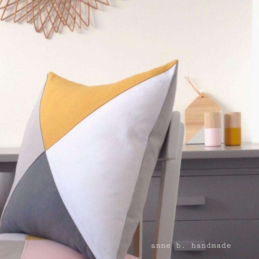 coussin carr recto triangles 4 couleurs gris clair gris blanc jaune moutarde verso uni. Black Bedroom Furniture Sets. Home Design Ideas