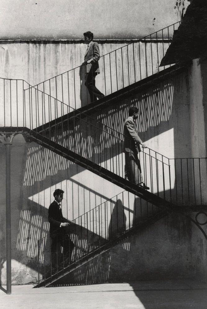 """""""Unos suben y otros bajan"""". México, 1940.  by Lola Álvarez Bravo"""