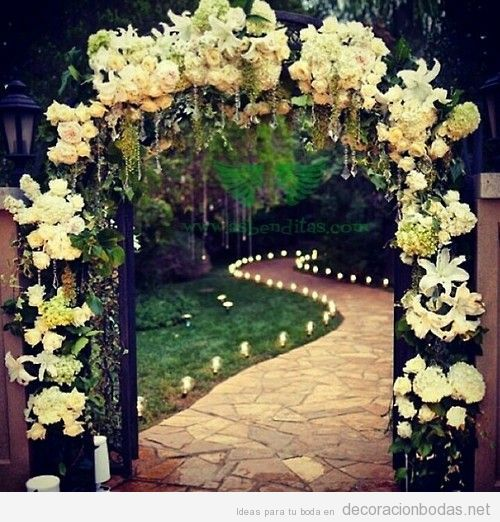 Ideas para decorar un arco con flores boda en un jard n for Decorar jardines con plantas