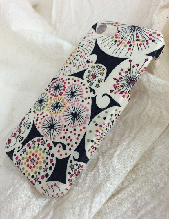 特殊な接着方法でリバティ生地を貼ったiphone5/5S用のカバーです。ボンドなどの塗りムラなどなく凹凸なくケースにしっかりと綺麗に貼ってます。デコパージュ等...|ハンドメイド、手作り、手仕事品の通販・販売・購入ならCreema。
