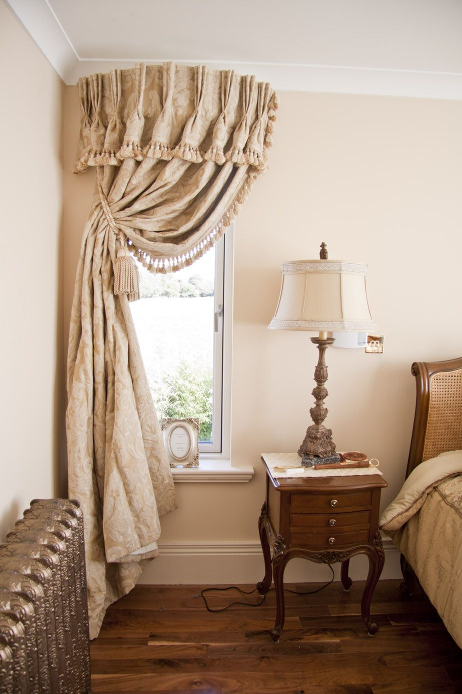 Window Curtain Design Ideas: Use Curved Cornice Above Dining Room Drapes. This