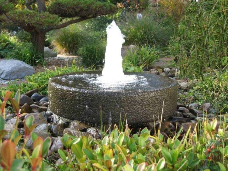 Brunnen mit naturbelassenen Steinen und Pflanzen arrangieren - brunnen garten stein