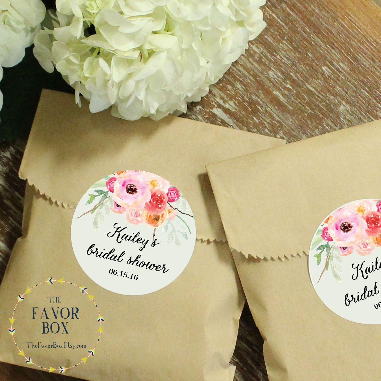 Nuestras bolsas de papel de favor son el perfectos bolsitas para empaquetar su golosinas caseras, sabrosos o dulces sorpresas para tus invitados. Las bolsas vienen en kraft o blanco y las etiquetas se pueden diseñar en los colores de su elección. Ofrecemos una paleta de colores para