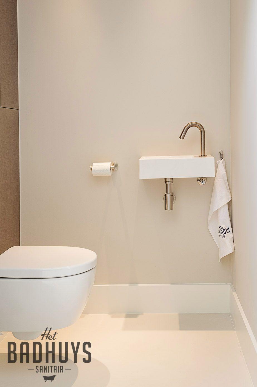 eigentijdse badkamer met mozaà ek vloer en losse wasmeubels het
