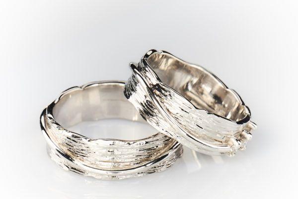 Edelsmid en ontwerper Jan Eversen tovert vakkundig een klompje goud om in een bijzonder juweel. Eigenhandig maken wij voor jou de gewenste trouwringen. We ontwerpen moderne, klassieke of zelfs buitengewone trouwringen in ons eigen atelier, waar ook jullie kunnen zien hoe jullie ringen ontworpen worden.    Ontdek Juwelier Eversen in Assebroek.