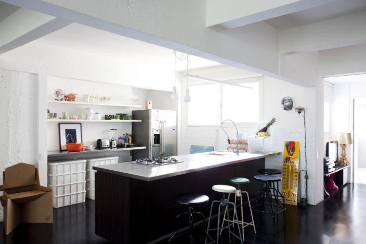 Os bancos pretos de cozinha são da Desmobilia