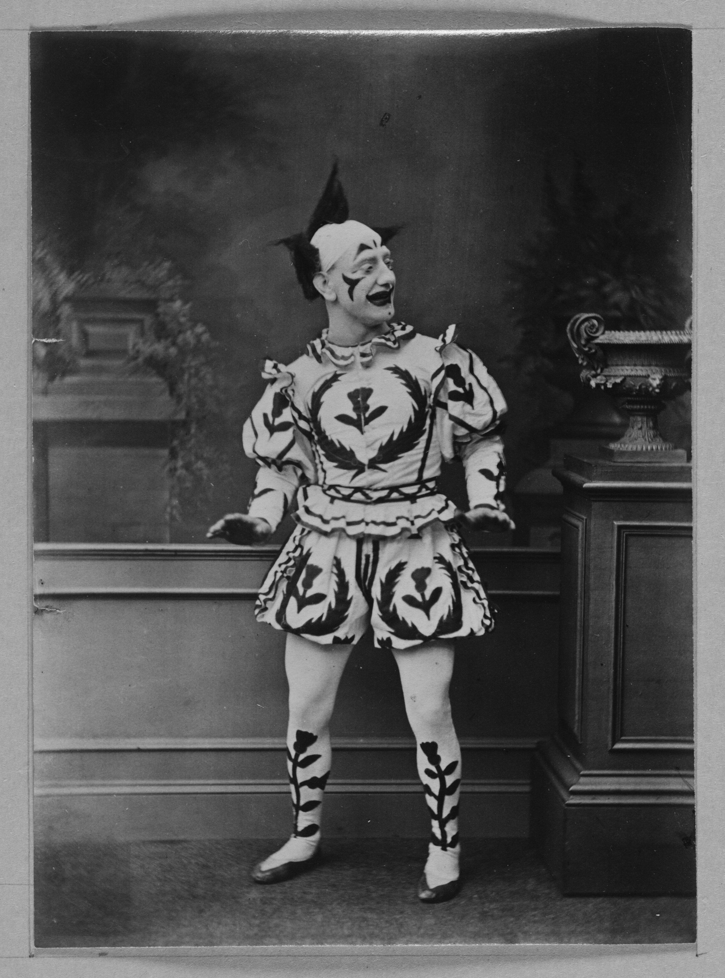 Strange costumes, acrobats and creepy clowns - photos of a traveling circus of 1910 62