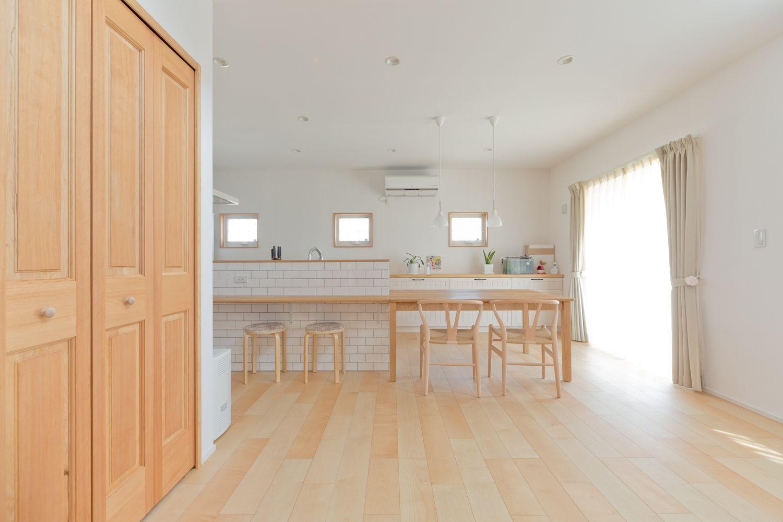 メープルの床と白いタイルが好印象 家事が楽しいアイランドキッチンの