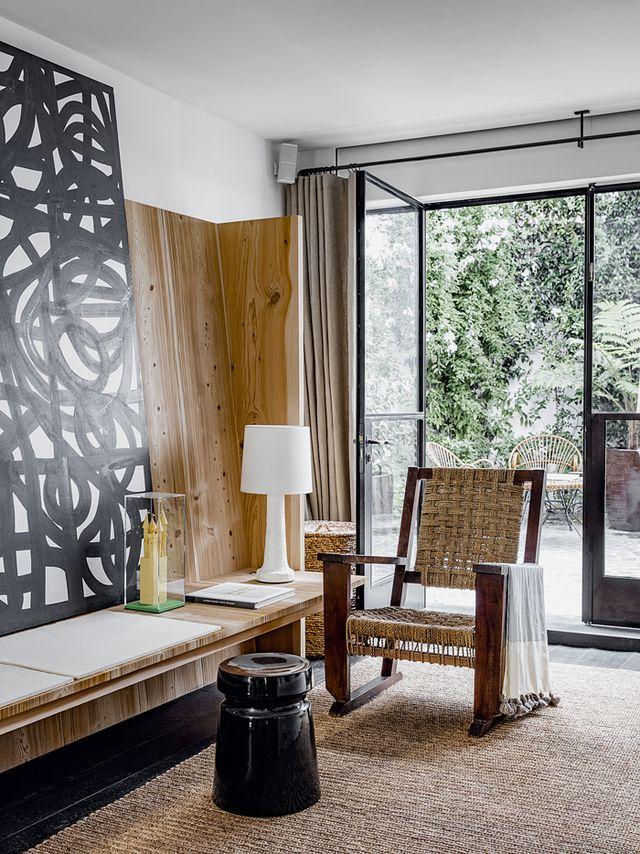 La maison de gilles boissier biarritz meuble pinterest maison salon et fauteuil - Un pou une puce assis sur un tabouret ...