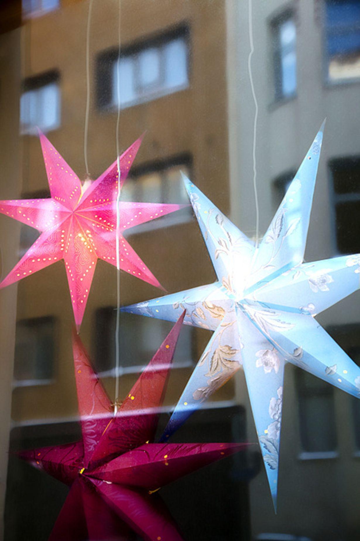 Tähti ikkunassa tuo joulun tunnelmaa. Tarvitset vain kaunista tapettia ja hiukan aikaa.