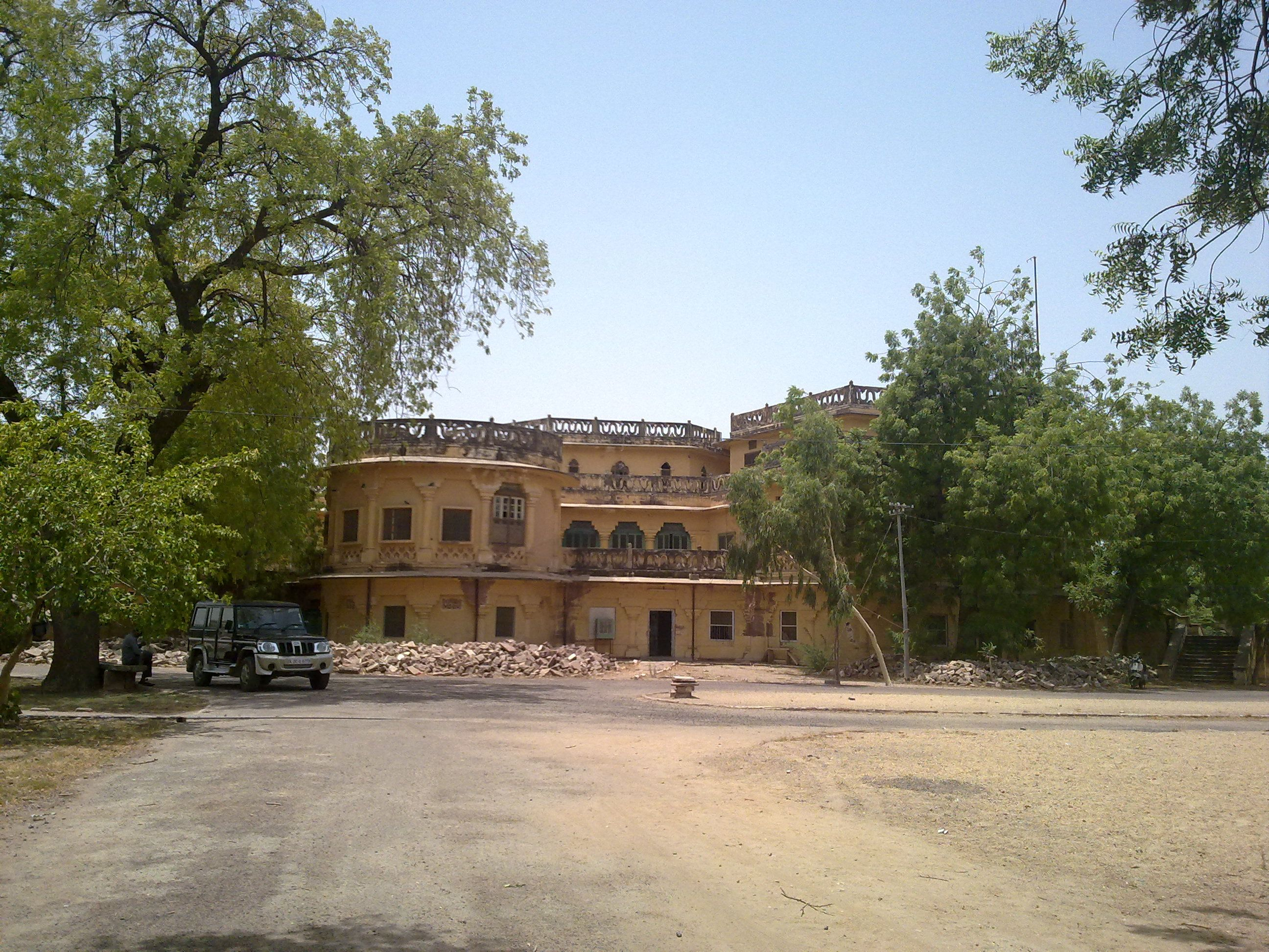 Rai Ka Bagh Palace Is One Of The Tourist Destinations In Rajasthan It Is Located In Jodhpur The Second Town Of R Tourist Places Tourist Hundred Years Old